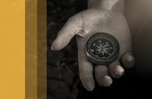 Person hält einen Kompass in der Hand