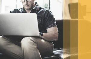 Person sitz an einem Laptop